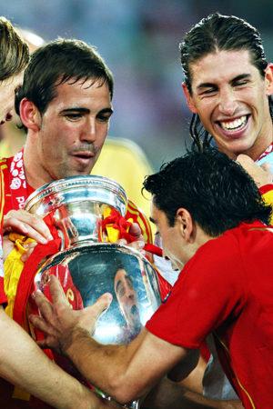 Gli spagnoli alzano la coppa